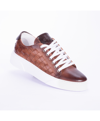 Sneakers Andrea Nobile Made in Italy in pelle colore legno cuoio con dettaglio di intreccio laterale e para di 4 cm.