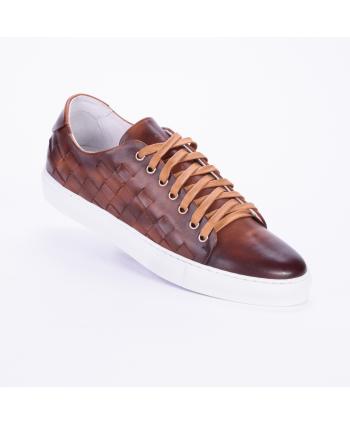 Sneakers Andrea Nobile Made in Italy in pelle colore legno cuoio, con dettaglio di intreccio laterale.