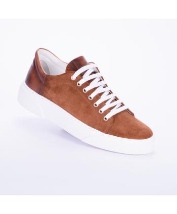Sneakers Andrea Nobile Made in Italy in camoscio colore legno cuoio, con para esterna di 4 cm.