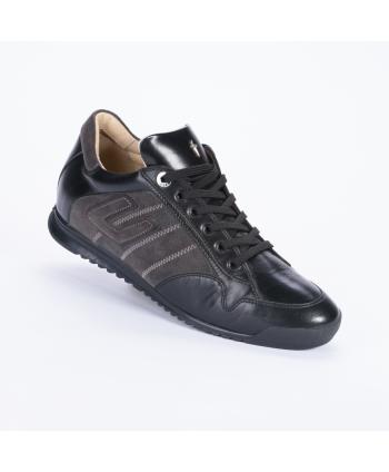 Sneakers stringata Cesare Paciotti 4US In pelle colore nero con dettagli di camoscio laterali color antracite e zip.