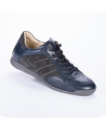 Sneakers stringata Cesare Paciotti 4US Made in Italyi n pelle colore blu con dettagli in camoscio laterali color antracite.