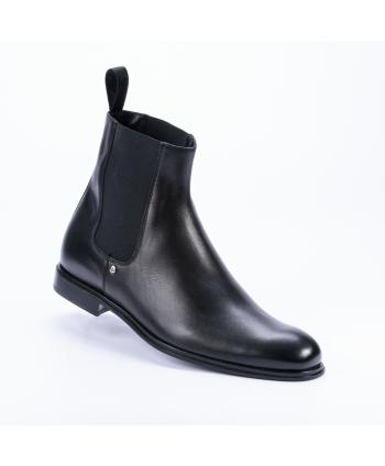 Stivaletto Cesare Paciotti Made in Italy in pelle colore nero con elastici laterali.