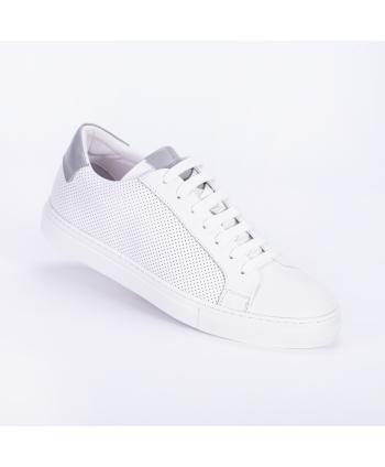 Sneakers Andrea Nobile Made in Italy in pelle microforata colore bianco con dettaglio grigio.